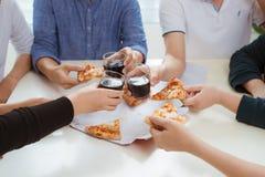 Les gens mangent des aliments de préparation rapide Mains d'amis prenant des tranches de pizza Photographie stock