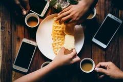 les gens mangent des biscuits en vacances Images stock