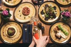 Les gens mangent la nourriture et l'alcool sains de boissons, vue supérieure photo stock