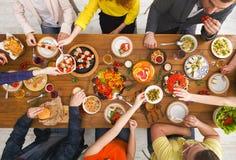Les gens mangent les repas sains au dîner servi de table Images stock