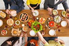 Les gens mangent les repas sains au dîner servi de table Photographie stock