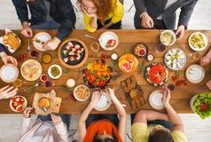 Les gens mangent les repas sains au dîner servi de table Photo stock