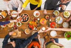 Les gens mangent les repas sains au dîner servi de table Images libres de droits