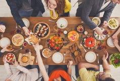 Les gens mangent les repas sains au dîner servi de table Image libre de droits