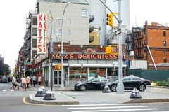 Les gens marchant à côté du restaurant de Katz Delicatessen à New York City photographie stock libre de droits