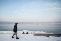 Les gens marchant à côté du Danube congelé à Belgrade, Serbie, due à un temps particulièrement froid Photos libres de droits