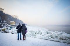 Les gens marchant à côté du Danube congelé à Belgrade, Serbie, janvier 2017, due à un temps particulièrement froid Images libres de droits
