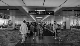Les gens marchant à l'aéroport de Changi à Singapour Images libres de droits