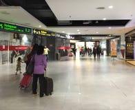 Les gens marchant à l'aéroport de KLIA 2 en Kuala Lumpur, Malaisie Images libres de droits