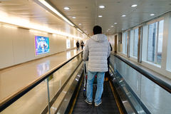 Les gens marchant à l'aéroport de Taoyuan à Taïpeh, Taïwan Photo stock
