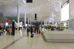 Les gens marchant à l'intérieur de l'aéroport international de Shenzhen Bao'an dans Guandong, Chine Image libre de droits