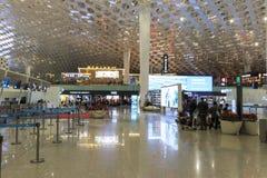 Les gens marchant à l'intérieur de l'aéroport international de Shenzhen Bao'an dans Guandong, Chine Photographie stock libre de droits