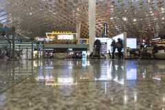 Les gens marchant à l'intérieur de l'aéroport international de Shenzhen Bao'an dans Guandong, Chine Photo libre de droits