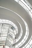 Les gens marchant à l'intérieur du dôme de Reichstag à Berlin image stock