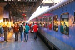 Les gens marchant à la gare ferroviaire de jonction de Jaipur au Ràjasthàn, Images libres de droits