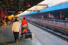 Les gens marchant à la gare ferroviaire de jonction de Jaipur au Ràjasthàn, Photos libres de droits