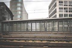 Les gens marchant à la station de train, paysage urbain photos libres de droits