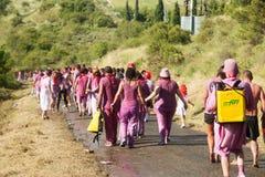 Les gens marchant à la ville après Haro Wine Festival Photographie stock libre de droits