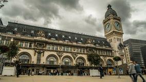 Les gens marchant à travers la place devant des entrées au terminal de chemin de fer de Lyon clips vidéos