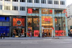 Les gens marchant après des fenêtres de devanture de magasin, Fifth Avenue, NYC, 2015 Photo libre de droits