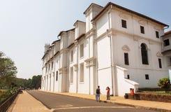 Les gens marchant après l'église historique du St Francis d'Assisi ont été construits en 1661 Site de patrimoine mondial de l'UNE Image libre de droits