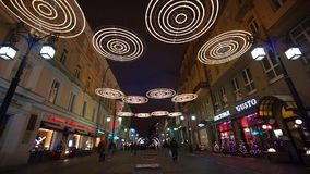 Les gens marchant au centre de la ville décoré pour Noël banque de vidéos