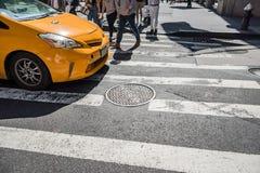 Les gens marchant au-dessus d'une promenade croisée sur Fifth Avenue à New York City Photos libres de droits