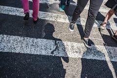 Les gens marchant au-dessus d'une promenade croisée sur Fifth Avenue à New York City Photo libre de droits