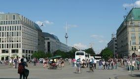 Les gens marchant au-dessus du Pariser Platz dans le secteur Mitte de Berlin À l'arrière-plan la tour de TV chez Alexanderplatz S banque de vidéos