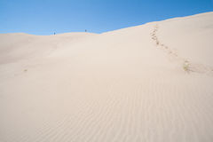 Les gens marchant au grand parc national de dunes de sable dans le Colorado Photographie stock