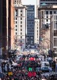 Les gens marchant au milieu de la rue Image stock