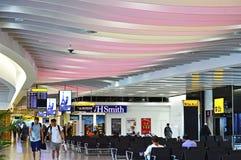 Les gens marchant au salon de attente d'aéroport de Londres Heathrow Photos stock