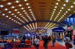 Les gens marchant au salon de attente d'aéroport de Paris Charles de Gaulle CDG Photographie stock