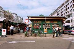 Les gens marchant autour des boutiques asiatiques du m populaire Images stock