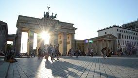 Les gens marchant autour du massif de roche de Brandenburger, Berlin banque de vidéos