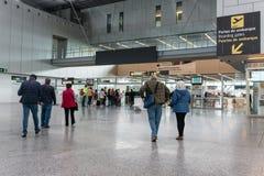 Les gens marchant aux portes d'embarquement images stock