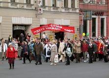 Les gens marchant avec des bannières, des drapeaux et des baloons Images stock