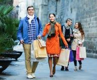 Les gens marchant avec des paniers Photographie stock