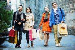 Les gens marchant avec des paniers Images stock