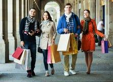 Les gens marchant avec des paniers Image stock