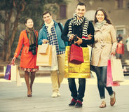 Les gens marchant avec des paniers Photo stock