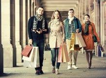Les gens marchant avec des paniers Photographie stock libre de droits