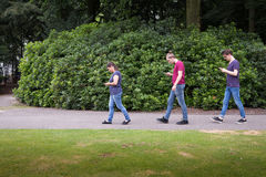 Les gens marchant avec des smartphones Photo libre de droits