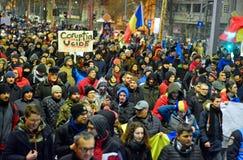 Les gens marchant contre le gouvernement à Bucarest photographie stock libre de droits