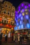 Les gens marchant dans Chinatown coloré, Londres, Angleterre, R-U photos stock