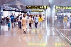 Les gens marchant dans l'aéroport international de Doha Image libre de droits