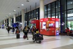 Les gens marchant dans l'aéroport pour le voyage et le transport Photographie stock