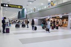 Les gens marchant dans l'aéroport pour le voyage et le transport Images stock