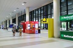 Les gens marchant dans l'aéroport pour le voyage et le transport Photo libre de droits