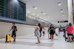 Les gens marchant dans l'aéroport pour le voyage et le transport Photographie stock libre de droits